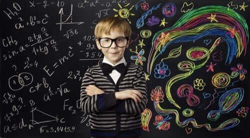 gözlüklü çocuk tahta