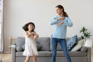 kızıyla dans eden bir kadın