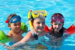 üç çocuk havuzda eğleniyor