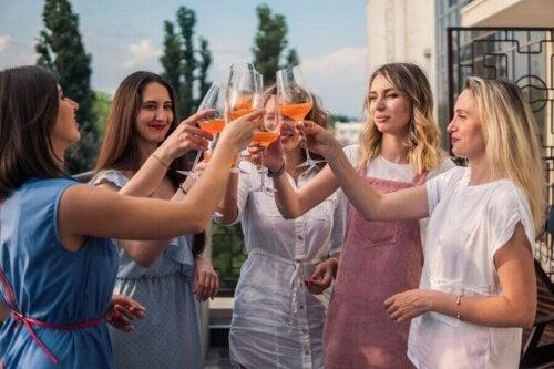kutlama yapan kadınlar