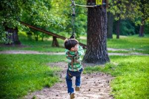 ormanda sallanan çocuk