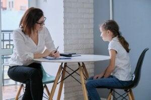 psikolog ve terapideki bir kız