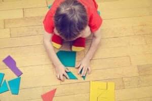 Geometrik puzzle yapan çocuk