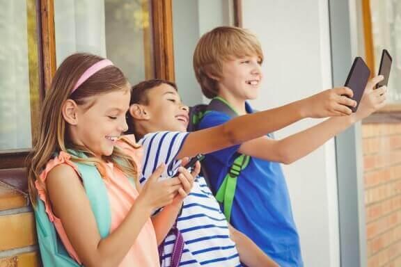Çocuklar Okulda Telefon Kullanmalı mı?
