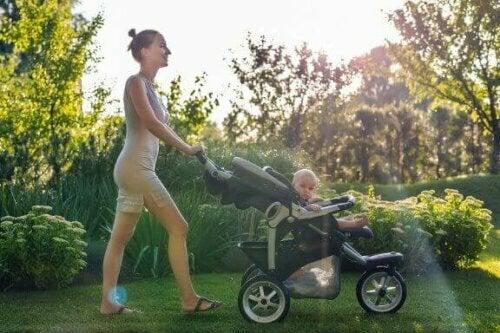 yürüyüş yapan anne bebek