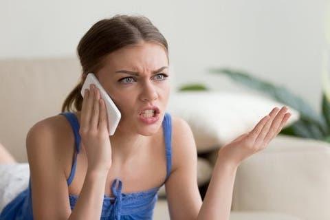 telefonda sinirli konuşan ergen