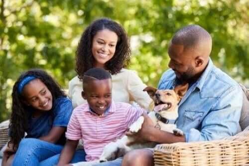 Evcil hayvanlarına bakan bir aile.