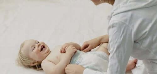 annesiyle oynayan çocuk