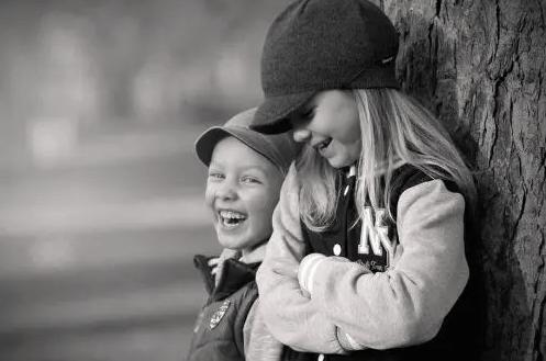 bir agağa dayamış duran iki çocuk