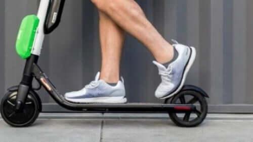 Elektrikli scooter kullanan yetişkin