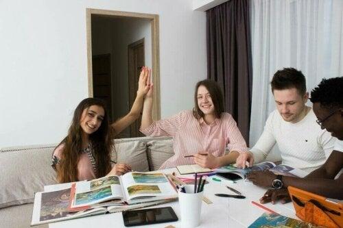 Final sınavlarına çalışan üniversite öğrencileri.