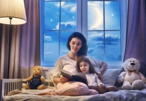 Annesinin hikaye okuduğu bir çocuk.