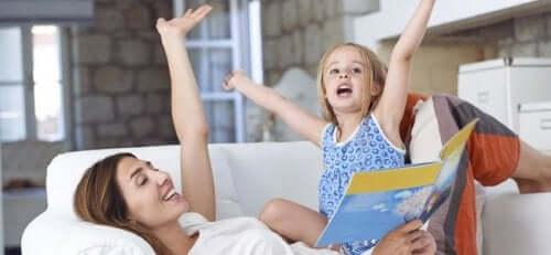Bir hikaye okuyan anne ve kızı.