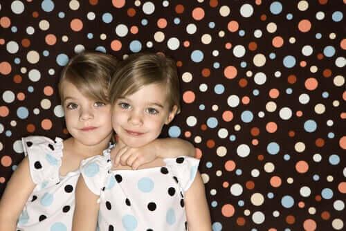 Tek yumurta ikizi aynı elbiseyi giymiş kızlar