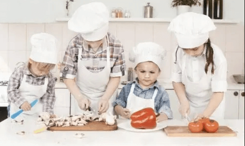mutfakta ailece yemek yapmak