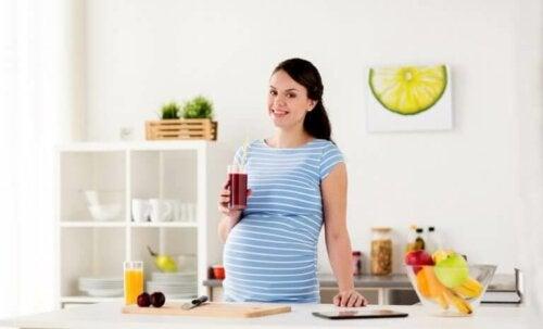 Mutlu görünen hamile bir kadın.