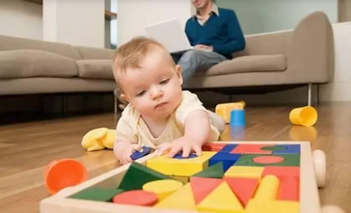 annesi koltuktayken oyun oynayan bebek