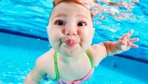 su altındaki bebek