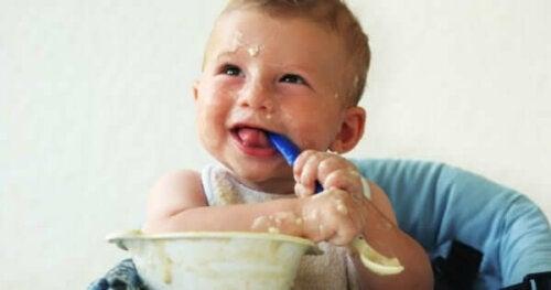 Üzerine yemek bulaştırmış bir bebek.