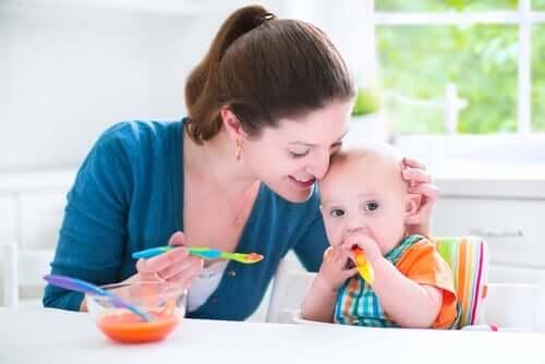 Bebeğine yemek yediren bir anne.