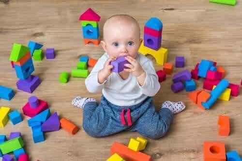 oyuncaklarla oynayan bebek