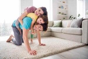 Baba anne ve kızı birlikte oyun oynuyor
