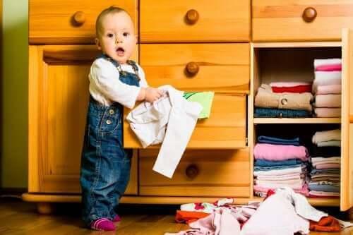 Kıyafet dolabını karıştıran bebek