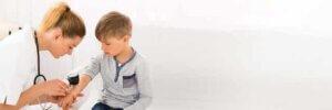 Cilt doktoruna muayene olan çocuk