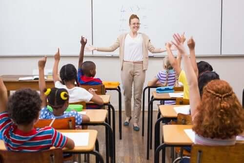 Öğrencilerine ders anlatan bir öğretmen.