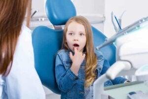 Diş hekimi tarafından kontrolü yapılan çocuk