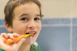 dişini fırçalayan çocuk
