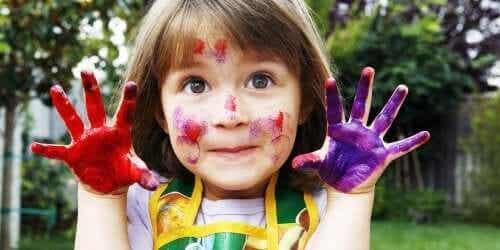 elleri rengarenk boya olmuş çocuk