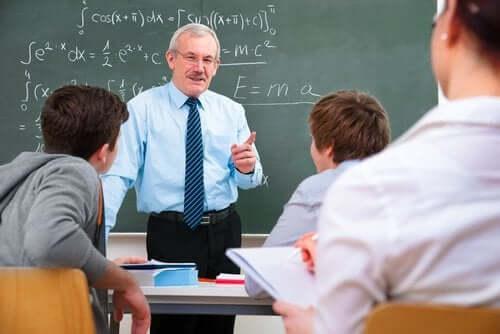 Ders anlatan bir fizik öğretmeni.