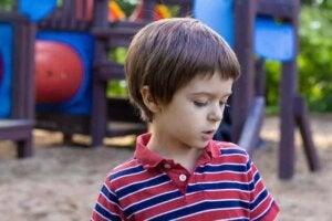 Parkta kendi kendine konuşan çocuk