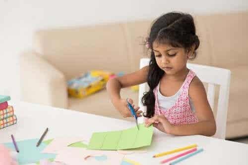 el işi kağıdı kesen kız çocuğu
